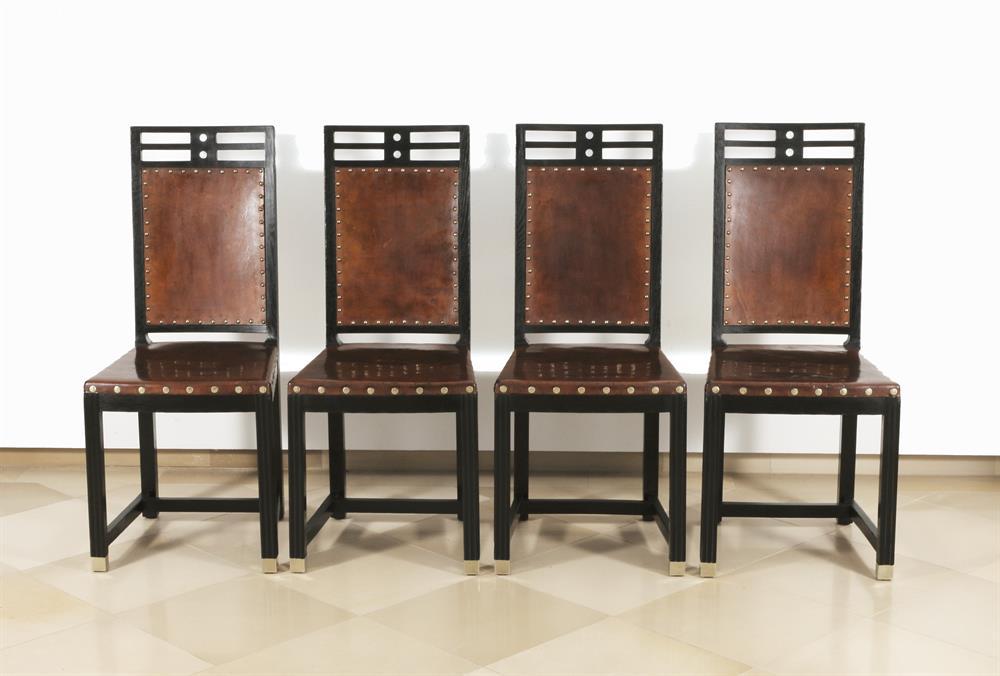 Tisch und vier Sessel